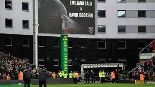 Le grand écrande Carrow Road, le stade de Norwich, affiche un hommage à Emiliano Sala et son pilote David Ibbotson avant un match de football à Norwich (Royaume-Uni), le 26 janvier 2019. (TONY O'BRIEN / REUTERS)