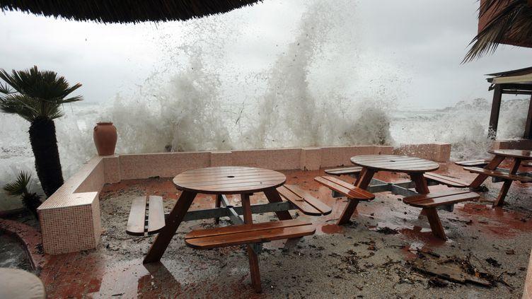 La terrasse d'un restaurant endommagée par la forte houle, le 1er février 2010, à Ajaccio (Corse-du-Sud). (STEPHAN AGOSTINI / AFP)