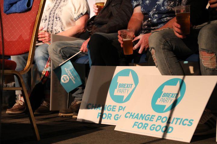 Des jeunes sur la scène où se déroule un meeting du Brexit Party, le 22 mai 2019, à Gloucester (Royaume-Uni). (MARIE-ADELAIDE SCIGACZ / FRANCEINFO)