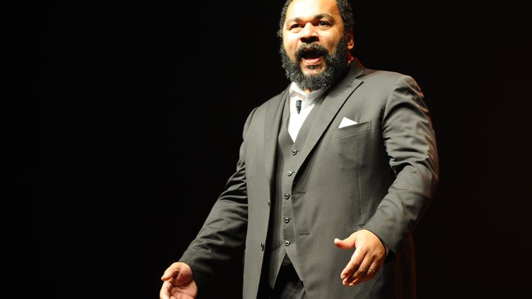 Dieudonné, lors d'un spectacle au Zénith de Saint-Etienne (Loire), en mars 2013. (MAXPPP)