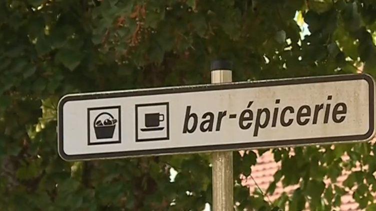 À Lesgor, dans les Landes, un bistrot qui sert également d'épicerie et de médiathèque maintient la présence d'un lieu de rencontre et de convivialité dans cette commune rurale. (FRANCE 3)