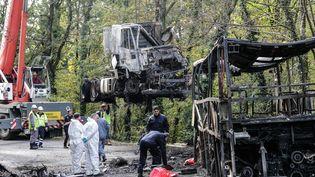 L'enlèvement des carcasses du car et du camion accidentés, àPuisseguin (Gironde), le 26 octobre 2015. (MAXPPP)