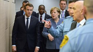 Emmanuel Macron et Angela Merkel lors de la COP23, le 15 novembre 2017 à Bonn, en Allemagne. (PHILIPP GUELLAND/POOL / DPA)