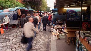 Des personnes se promènent dans les Puces de Saint-Ouen (Seine-Saint-Denis) le 14 octobre 2001. (MARTIN BUREAU / AFP)
