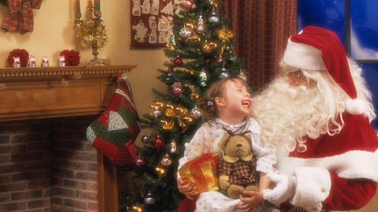 Loin de refuser le mythe du père Noël, ces parents en parlent comme de n'importe quel autre personnage fictif présent dans les histoires d'enfants. (MAXPPP)