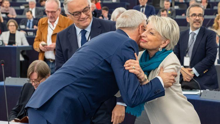 LePremier ministre letton,KrisjanisKarins, embrasse l'eurodéputée française Françoise Grossetête lors de la dernière session plénière du Parlement européen, le 17 avril 2019. (Martin Lahousse)