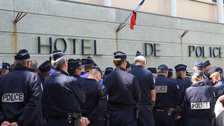 Des policiers rassemblés, au lendemain du suicide de l'un de leurs confrères, à Montpellier, le 19 avril 2019 (illustration). (SYLVAIN THOMAS / AFP)