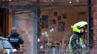 Des policiers sécurisent la zone autour d'un centre culturel de Copenhague (Danemark), où a eu lieu une fusillade en marge d'un débat sur l'islam et la liberté d'expression, le 14 février 2015. (MATHIAS OEGENDAL / SCANPIX DENMARK)