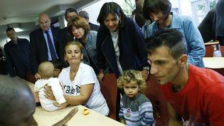 La maire de Paris, Anne Hidalgo, rencontre des réfugiés syriens lors de la visite d'un centre d'accueil dans le 13e arrondissement de Paris, le 11 septembre 2015. (THOMAS SAMSON / AFP)