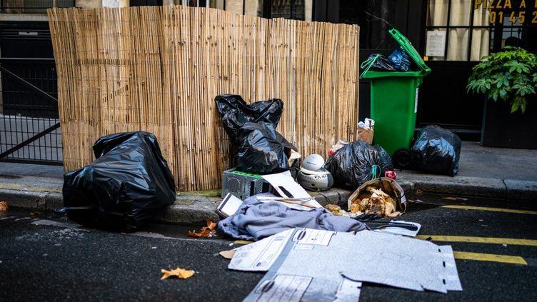 Des détritus dans les rue de Paris, le 19 novembre 2020. (XOSE BOUZAS / HANS LUCAS / AFP)