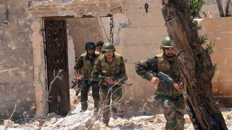 Des soldats du régime syrien dans le village de Dahret Abed Rabbo, dans la province d'Alep. (SANA / AFP)