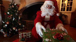 Un homme en costume de père Noël distribue des cadeaux (photo d'illustration). (PATRICE MAGNIEN / MAXPPP)