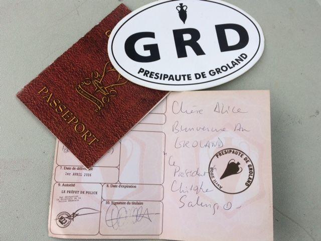Passeport non réclamés de citoyens grolandais, signé Christophe Salengro. (ARIANE GRIESSEL / RADIO FRANCE)