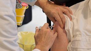 Un pensionnaire d'Ephad reçoit une dose du vaccin Pfizer BioNTech à Joué-les-Tours (Indre-et-Loire), le28 décembre 2020. (GUILLAUME SOUVANT / AFP)