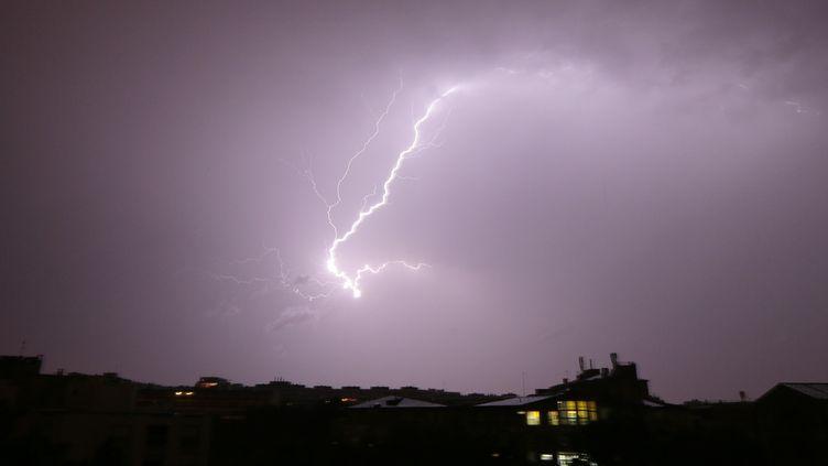 De violents orages ont touché Paris, le 10 juin 2014. (JACQUES DEMARTHON / AFP)