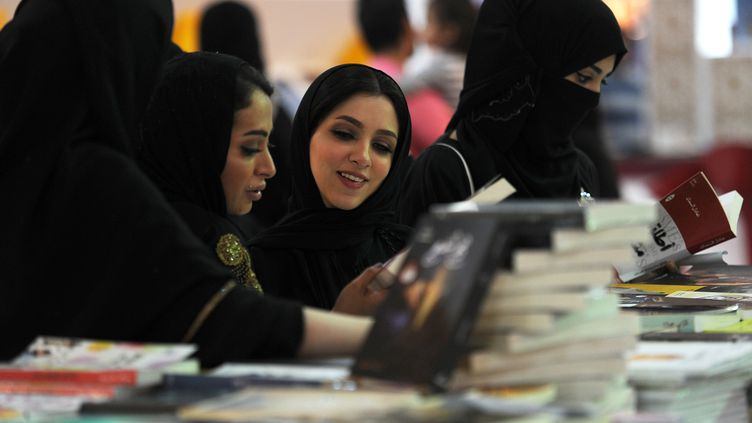 Des Saoudiennes, lors d'un salon du livre, à Djeddah (Arabie saoudite), le 16 décembre 2017. (AMER HILABI / AFP)