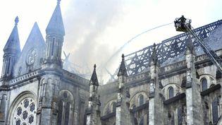 Des pompiers arrosent le toit de la basilique Saint-Donatien de Nantes après un violent incendie, le 15 juin 2015. (MAXPPP)