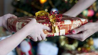 Une étude réalisée par Ipsos pour CA Com et LSA, publiée mardi 17 décembre 2013, indique que 31% des Français envisagent de décaler l'achat des cadeaux de Noël au mois de janvier. (CAROLYN HEBBARD / FLICKR RF)