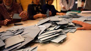 En Rhônes-Alpes-Auvergne les électeurs participent au dépouillement des élections régionales le 6 décembre 2015. (CITIZENSIDE/CHRISTOPHE ESTASSY / CITIZENSIDE.COM)