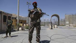 Un soldat de l'armée nationaleafghane (ANA) patrouille devant la base aérienne de Bagram le 2 juillet 2021. (ZAKERIA HASHIMI / AFP)