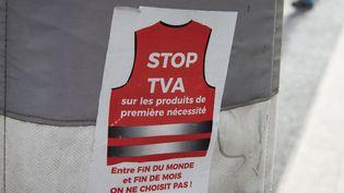 Un autocollant demande la fin de la TVA sur les produits de première nécessité, à Paris, le 12 mars 2019. (RICCARDO MILANI / HANS LUCAS / AFP)