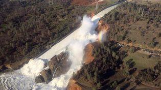 Le déversoir endommagé du barrage du lac Oroville, samedi 11 février 2017 en Californie. (CLH/KV / REUTERS)