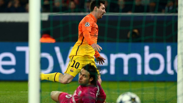 Lionel Messi (Barcelone) trompe Salvatore Sirigu (PSG)