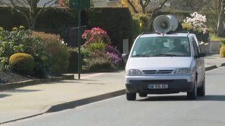 À Saint-Martin-de-Landelle (Manche), un véhicule sonorisé rappelle chaque jour les mesures de sécurité. Une manière comme une autre de faire respecter le confinement. (FRANCE 3)