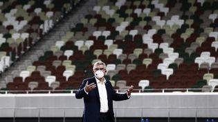 Le président du Comité international olympique Thomas Bach devant des tribunes vides, au Stade National de Tokyo, le 17 novembre 2020. (BEHROUZ MEHRI / AFP)