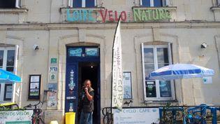 Dominique Raclin à l'entrée de son cyclo-café de Bréhémont, en bordure du tracé de la Loire à Vélo. (FARIDA NOUAR / RADIO FRANCE)