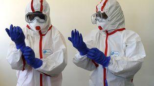 Des infirmières kényanes montrent la marche à suivre en cas de suspiçion decoronavirus, le 6 mars 2020. (SIMON MAINA / AFP)