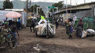 Un transporteur handicapé à la frontière entre la RDC et le Rwanda,le 9 décembre 2020. (DJAFFAR AL-KATANY / REUTERS)