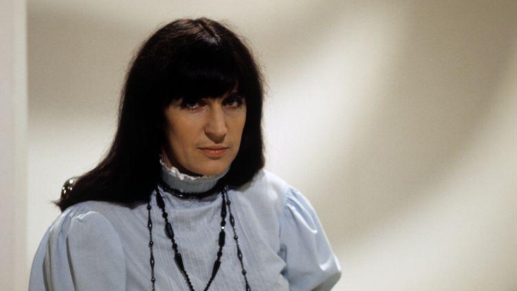 """Anne Sylvestre, chanteuse au regard aussi intense que ses textes, ici sur le plateau de l'émission """"Top à la Une"""" en septembre 1970. (GEORGES CHEVRIER / INA / AFP)"""