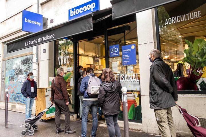 Les Français consacrent une part grandissante de leurs achats alimentaires au bio, en moyenne 6,5 %. Ici, le magasin Biocoop La ruche de Tolbiac, à Paris. (BRUNO LEVESQUE / MAXPPP)