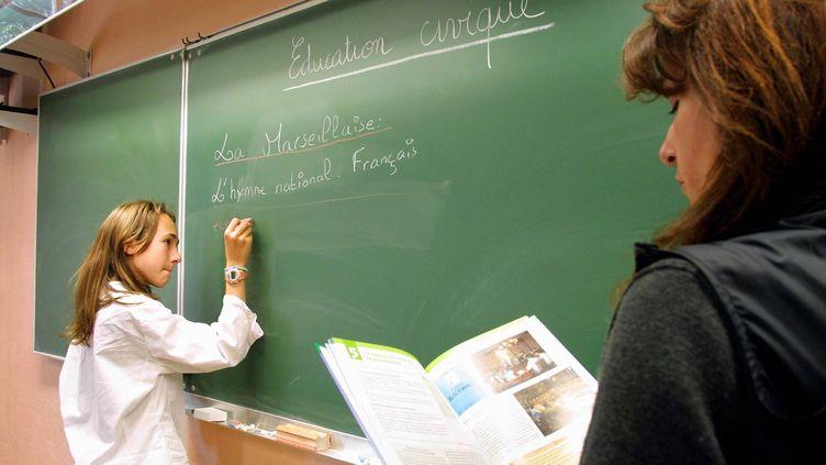 Un cours d'éducation civique avec les élèves de 6e et de 5e du collège de la Grande Bastide à Marseille (Bouches-du-Rhône), le 13 mai 2002. (FREDERIC SPEICH  / LA PROVENCE / MAXPPP)