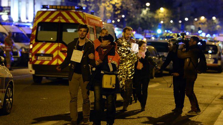Des victimes de la prise d'otages au Bataclan sont évacuées, le 14 novembre 2015. (MIGUEL MEDINA / AFP)