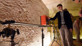 Un expert montrant un radar utilisé pour scanner le tombeau de Toutankhamon  (MOHAMED EL-SHAHED / AFP)