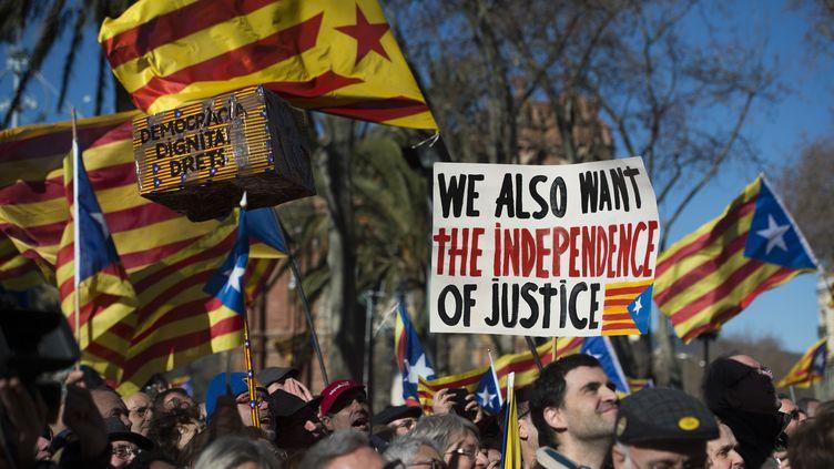ABarcelone (Espagne), des dizaines de milliers de Catalans sont venus soutenir l'indépendantiste Artur Mas devant la justice, le 6 février 2017 (JOSEP LAGO / AFP)