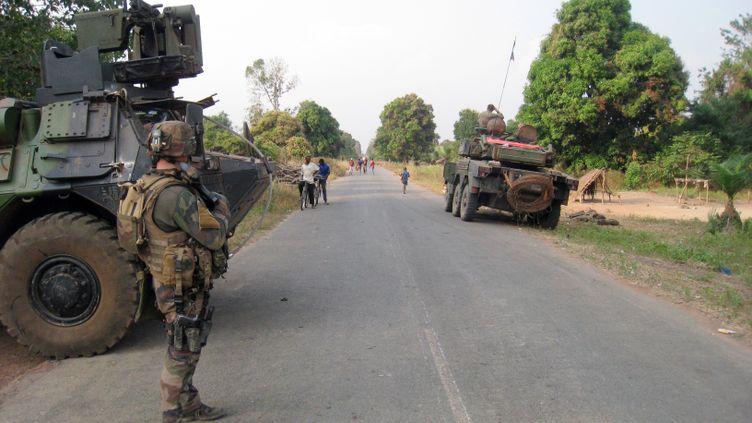 Des troupes françaises contrôlent l'entrée de la ville de Sibut, en Centrafrique, dans le cadre de l'opération Sangaris, le 1er dévrier 2014. (JEAN-PIERRE CAMPAGNE / AFP)