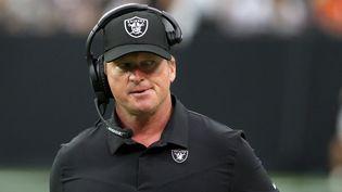 Jon Gruden, désormais ancien entraîneur principal des Las Vegas Raiders, depuis sa démission présentée le 11 octobre 2021 suite à un scandale autour d'insultes racistes, misogynes et anti-gay. (ETHAN MILLER / GETTY IMAGES / AFP)