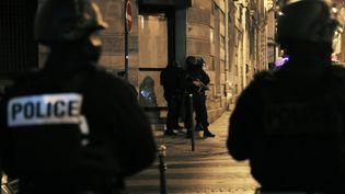 Des policiers dans une rue près des Champs-Élysées après l'attentat du 20 avril 2017. (THOMAS SAMSON / AFP)