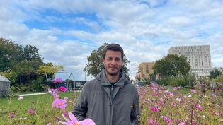 Maxime, 27 ans, étudiant en écologie en stage à la ferme urbaine Zone Sensible, à Saint-Denis. (MANON MELLA / FRANCEINFO)