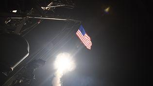 Photographie fournie par la marine américaine sur la frappe américaine contre la base militaire syrienne de Shayrat, jeudi 7 avril 2017. (FORD WILLIAMS / US NAVY)
