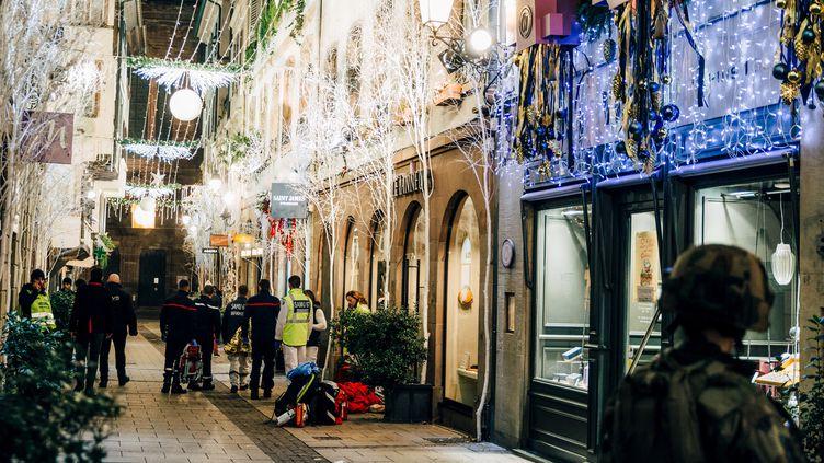 Des pompiers, des secouristes et un militaire, près du marché de Noël de Strasbourg (Bas-Rhin) après la fusillade, le 11 décembre 2018. (ABDESSLAM MIRDASS / AFP)