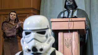 Dark Vador, candidat officiel du Parti ukrainien de l'internet, a donné une conférence de presse samedi 29 mars 2014 à Kiev, en Ukraine. (REUTERS)