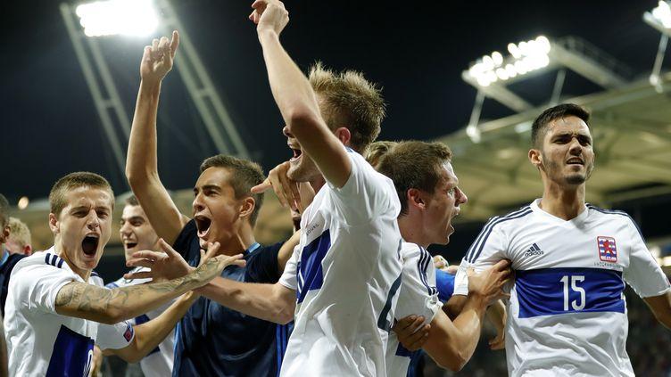 Les joueurs du Luxembourg fêtent leur match nul contre la France en match qualificatif pour le Mondial, le 3 septembre 2017 à Toulouse. (FRANCK FIFE / AFP)