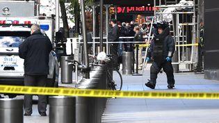 Un démineur américain, le 24 octobre 2018 devant le Time Warner Building où se trouvent les locaux de CNN. (TIMOTHY A. CLARY / AFP)