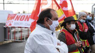 Le secrétaire général de la CGT, Philippe Martinez, manifeste devant un bâtiment du groupe pharmaceutique Sanofi à Vitry-sur-Seine (Val-de-Marne), le 4 février 2021. (ALAIN JOCARD / AFP)