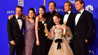 """L'équipe du film """"Once Upon a Time in Hollywood"""" prend la pose après avoir remporté trois prix, dimanche 5 janvier 2020 lors de la 77e cérémonie des Golden Globes organisée à Beverly Hills (Etats-Unis). (FREDERIC J. BROWN / AFP)"""