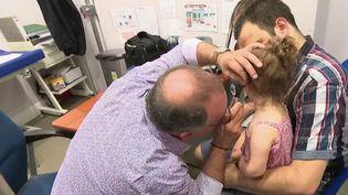 Si l'épidémie de Covid-19 prend de l'ampleur, les médecins craignent de manquer de matériel indispensable. (France 2)